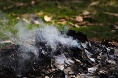 Papel y humo ardiendo del wrost fotos de archivo