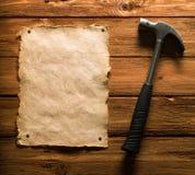 Papel y martillo viejos Foto de archivo libre de regalías