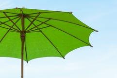 Papel y paraguas asiáticos tradicionales del bamoo con una manija redondeada Foto de archivo
