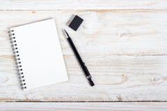 Papel y pluma de nota Foto de archivo