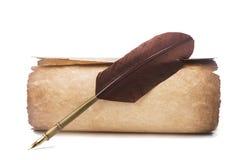 Papel y pluma viejos con la pluma aislada en blanco Fotografía de archivo