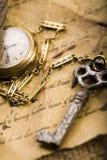 Papel y reloj viejo imagenes de archivo