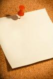 Papel y tachuela de nota fotos de archivo libres de regalías