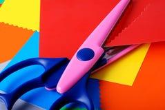 Papel y tijeras coloridos Foto de archivo libre de regalías