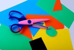 Papel y tijeras coloridos Imágenes de archivo libres de regalías