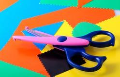 Papel y tijeras coloridos Imagenes de archivo