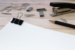 Papel y una grapadora Imágenes de archivo libres de regalías
