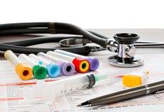 Papel y utensilios del laboratorio para el análisis de sangre Foto de archivo