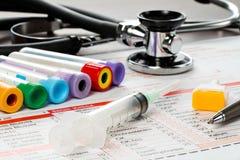 Papel y utensilios del laboratorio para el análisis de sangre Fotos de archivo