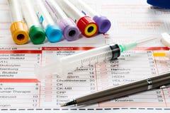 Papel y utensilios del laboratorio para el análisis de sangre Imagen de archivo