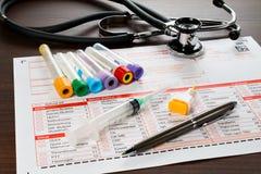 Papel y utensilios del laboratorio para el análisis de sangre Fotos de archivo libres de regalías