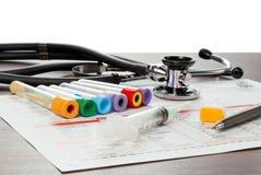 Papel y utensilios del laboratorio para el análisis de sangre Fotografía de archivo