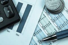 Papeleo, gestión de dinero, renta calculadora y costos Foto de archivo libre de regalías