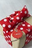 Papeleo y etiqueta punteados hechos a mano de la caja de regalo, Fotografía de archivo libre de regalías
