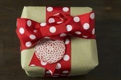 Papeleo y etiqueta punteados hechos a mano de la caja de regalo, Foto de archivo libre de regalías