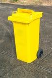 Papelera de reciclaje amarilla Imágenes de archivo libres de regalías