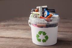 Papelera de reciclaje de la batería fotos de archivo