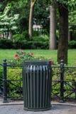Papelera de reciclaje en parque foto de archivo