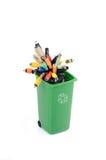 Papelera de reciclaje llenada de la basura electrónica Imágenes de archivo libres de regalías