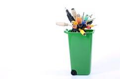 Papelera de reciclaje llenada de la basura electrónica Imagen de archivo