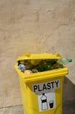Papelera de reciclaje para el plástico Fotos de archivo