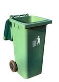 Papelera de reciclaje plástica verde aislada en blanco con la trayectoria de recortes Imagen de archivo