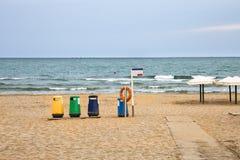 Papeleras de reciclaje coloridas en la playa Foto de archivo libre de regalías