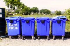 Papeleras de reciclaje para el papel y la cartulina Imagen de archivo