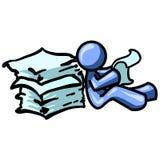 Papeles azules de la lectura del hombre Fotografía de archivo libre de regalías