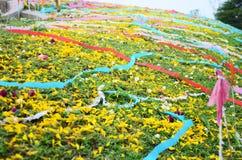 Papeles coloreados colocados en un sepulcro durante el festival de Qingming Imagen de archivo