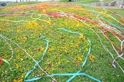 Papeles coloreados colocados y flor en sepulcro en el festival de Qingming Imagen de archivo libre de regalías