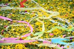 Papeles coloreados colocados y flor en sepulcro en el festival de Qingming Foto de archivo