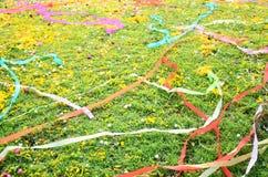 Papeles coloreados colocados y flor en sepulcro en el festival de Qingming Foto de archivo libre de regalías