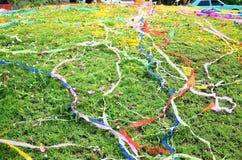 Papeles coloreados colocados y flor en sepulcro en el festival de Qingming Imágenes de archivo libres de regalías