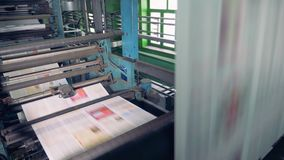 Papeles coloreados en una impresora Funcionamiento del equipo de impresión del periódico