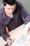 Papeles de firma del empresario joven imagen de archivo libre de regalías