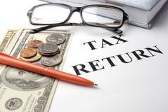 Papeles de la declaración de impuestos imagenes de archivo