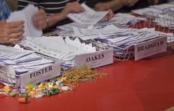 Papeles de la elección que son contados durante la elección Foto de archivo libre de regalías