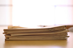 Papeles de las noticias en un escritorio Imagen de archivo libre de regalías