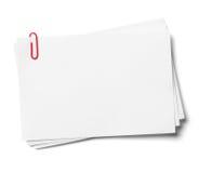 Papeles de nota blancos con el clip rojo. Fotos de archivo libres de regalías