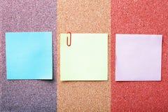 Papeles de nota en tarjeta del corcho foto de archivo