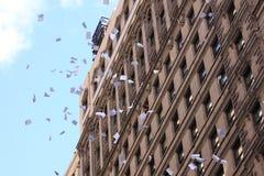 Papeles destrozados que lanzan durante desfile de la cinta del boleto Imagen de archivo libre de regalías