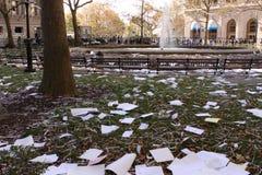 Papeles destrozados que lanzan durante desfile de la cinta del boleto Imágenes de archivo libres de regalías