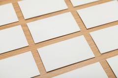 Papeles en blanco en la tabla de madera fotos de archivo libres de regalías