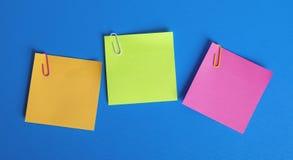 Papeles pegajosos coloreados fotos de archivo libres de regalías