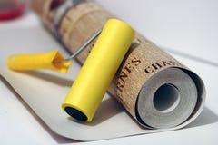Papeles pintados y rodillo Foto de archivo