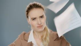 Papeles que lanzan enojados de la mujer de negocios en la cámara lenta Documentos del tiro del empleado almacen de video