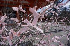 Papeles rosados con deseos escritos Foto de archivo libre de regalías