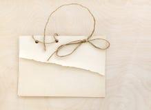 Papeles viejos de la pila en una tabla de madera Imagenes de archivo