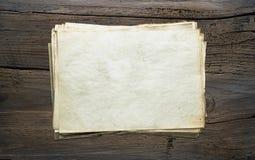Papeles viejos en fondo de madera Imagen de archivo libre de regalías